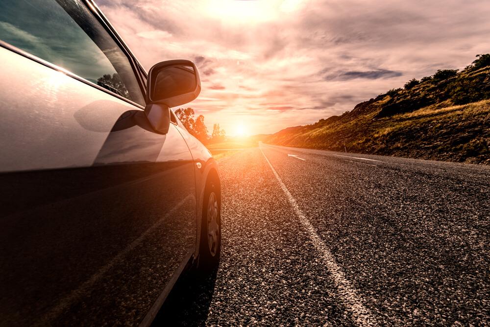 Conductor que se expone a una multa de tráfico por exceder el límite de velocidad.