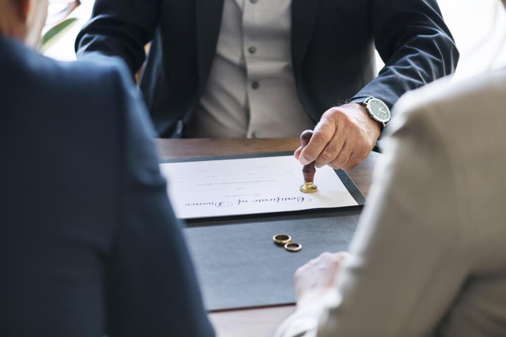 Abogado estampa un sello en el convenio regulador de la demanda de divorcio contencioso.
