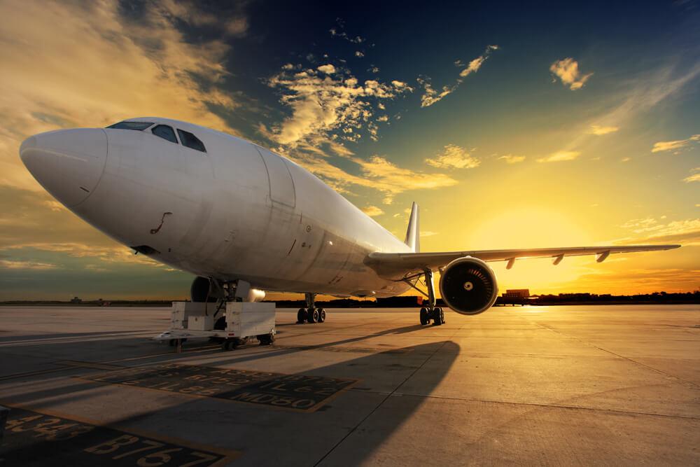 Avión en la pista de aterrizaje al ocaso