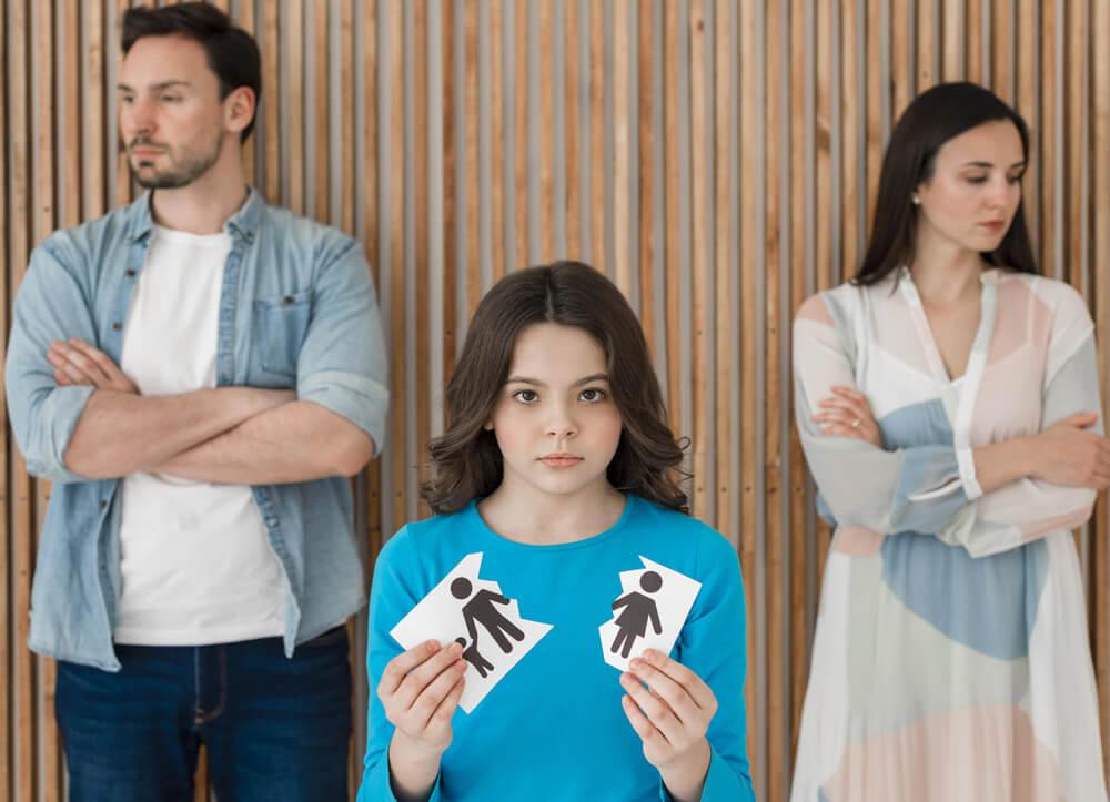 Pareja con hija en común que se divorcia e inicia una reclamación por impago de pensión de alimentos.