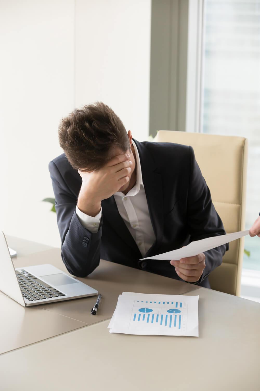 Trabajador abatido al recibir de su jefe la carta de despido.
