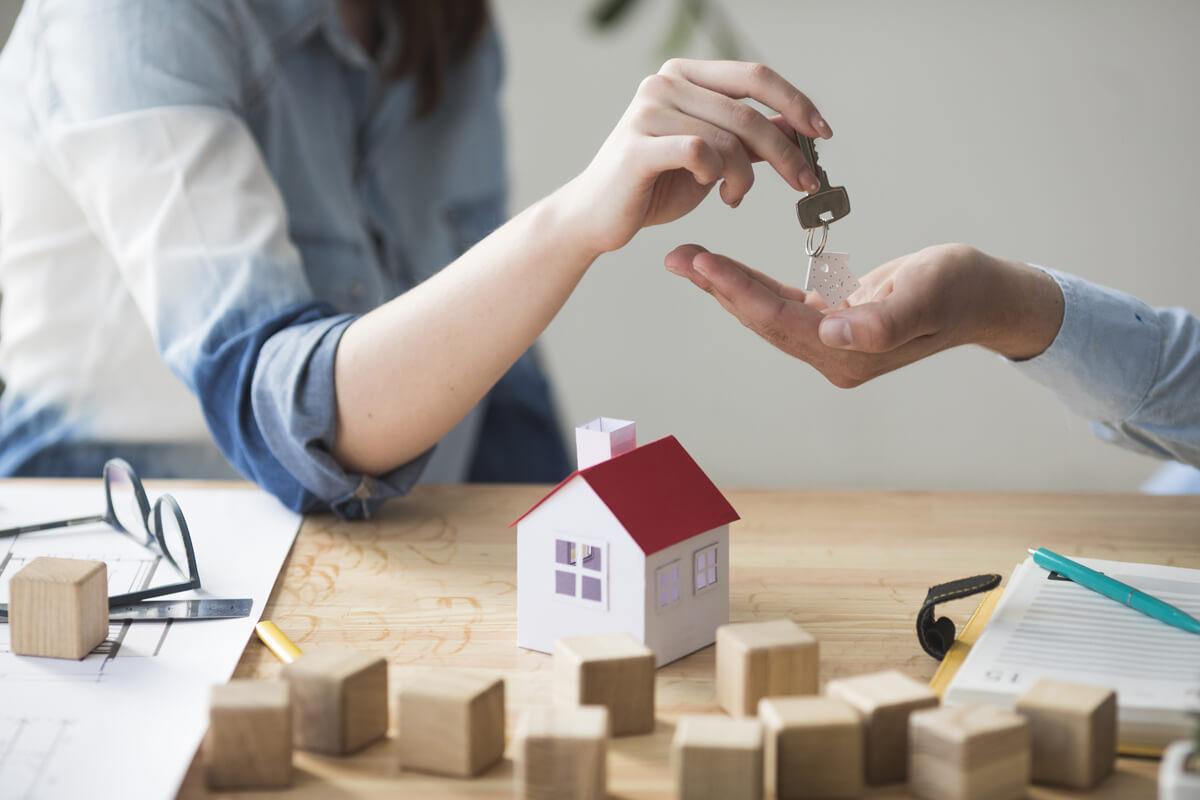 Una mujer entrega las llaves de casa tras la venta del inmueble